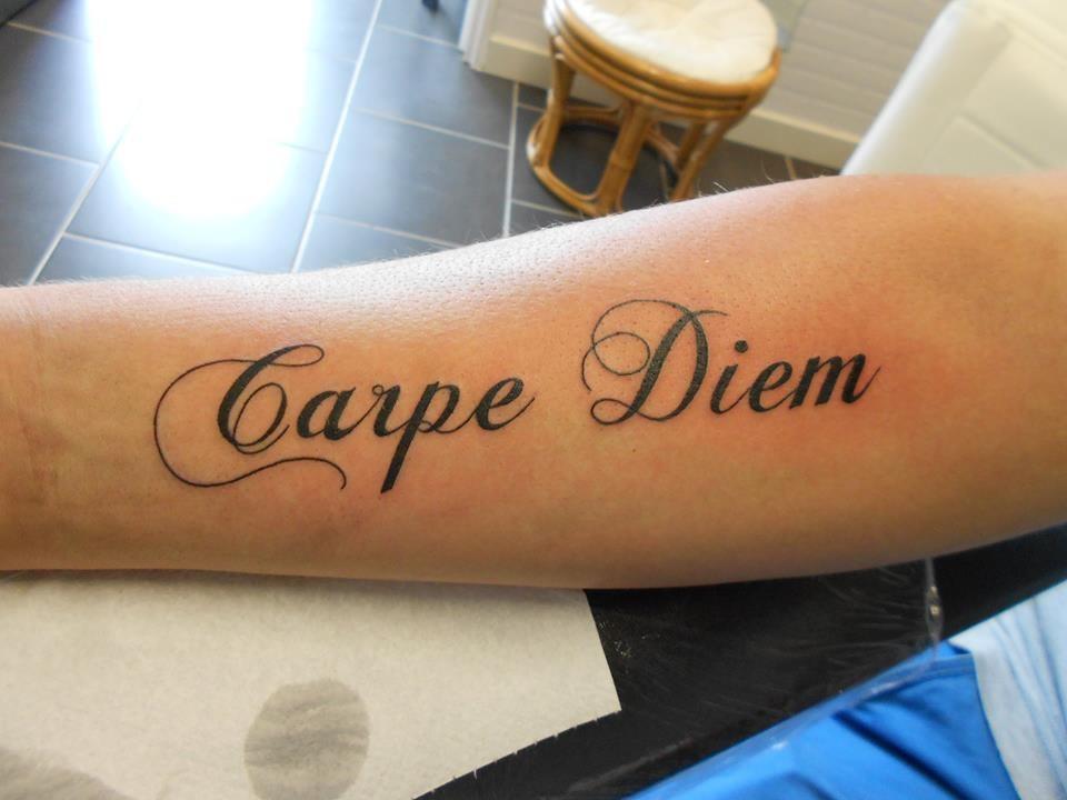 tatouage carpe diem avant bras prix tatouage. Black Bedroom Furniture Sets. Home Design Ideas
