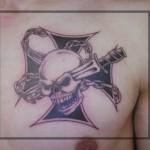 inkin - tatouage crane et croix sur poitrine - aline au pays de ses merveilles.jpg