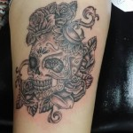 inkin - tatouage tête de mort chicanos sur le biceps - Merlin tattoo.jpg