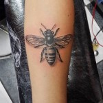 inKin-tatouage-abeille-bras-INK FEVER TATTOO.jpg