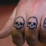 inkin - tatouage crane sur doigts - atyka body works.jpg