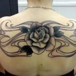 inkin - tatouage rose dans le dos - La Poinçonnerie.jpg