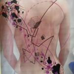 inkin - tatouage géométrique dans le dos - l'aventure corporelle.jpg