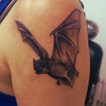 inkin - tatouage chauve souris sur épaule - bonnie & clyde tattoo.jpg