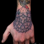 inkin - tatouage mandala sur la main - La maison close tatouage.jpg