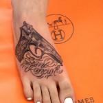 inkin - tatouage pistolet et calligraphie sur pied - alexia vegas tattoo studio.jpg