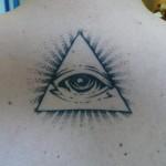 inkin - tatouage graphique oeil triangle sur dos - atypic studio.jpg