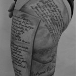 inkin - tatouage lettrage cuisse - L'arme a gauche.jpg