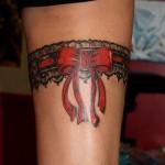 inkin - tatouage jarretière dentelle et noeud sur cuisse - alpha tattoo.jpg