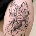 inkin - tatouage rose sur cuisse - bleu noir.jpg