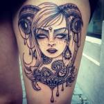 inkin - tatouage de femme avec cornes de bélier style graphique sur cuisse - sour & sweet tattoo