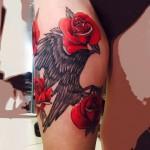 manu tatouage cuisse rose aigle couleur.jpg