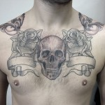 inkin - tatouage crane hirondelles et roses sur poitrine - american body art.jpg