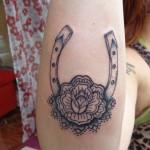 inkin - tatouage fleur et fer à cheval sur l'avant bras - La Piquante.jpg