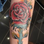 inkin - tatouage rose old school sur le bras - Les 3 freres tattoo.jpg
