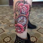 inkin - tatouage montre ancienne et roses sur jambe - chris leblanc tatouage.jpg