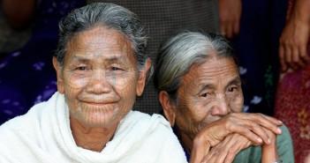 Femmes agées avec des tatouages sur le visage - Inkin