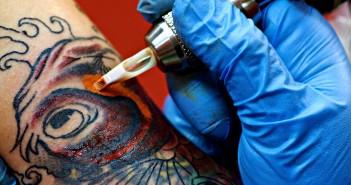 tatoueur en train de tatouer - Inkin