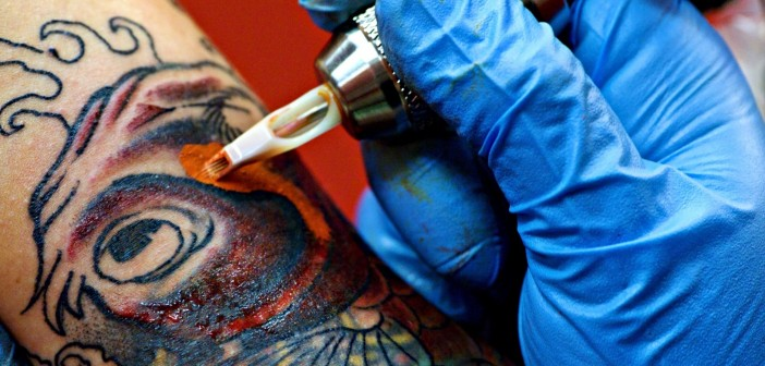 tatoueur en train de tatouer - Inkin