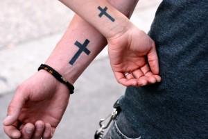 tatouage de crois sur les poignets - inkin
