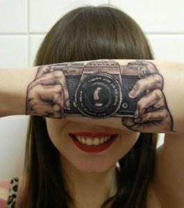 tatouage appareil photo sur le bras - Inkin