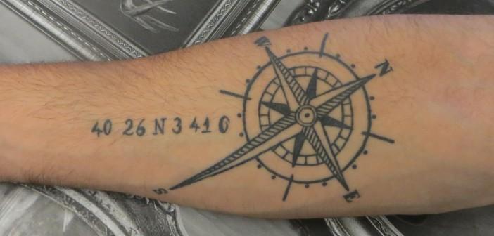 Tatouage de rose des vents sur le bras de Jorge