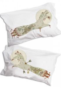 idée cadeau - taie d'oreiller bras de zombie tatoué