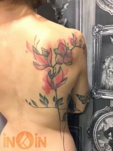 inkin - tatouage fleurs graphiques sur dos - belly button