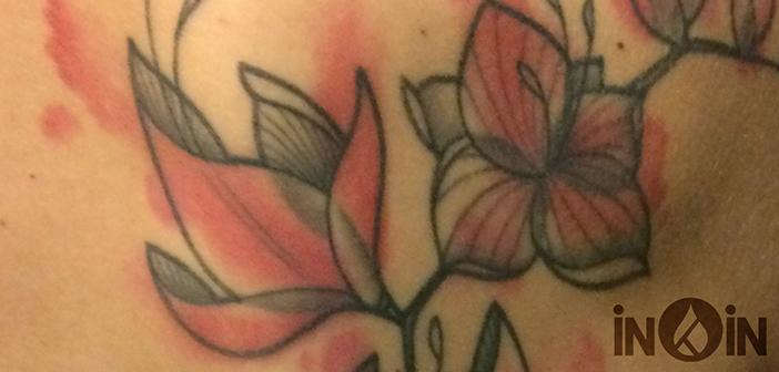 Interview croisée tatoueur / tatoué : les freesias d'Elisa par Fabien