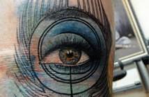 Tatouage plume de paon oeil par Xoil