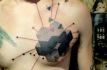tatouage graphique pectoral par Xoil